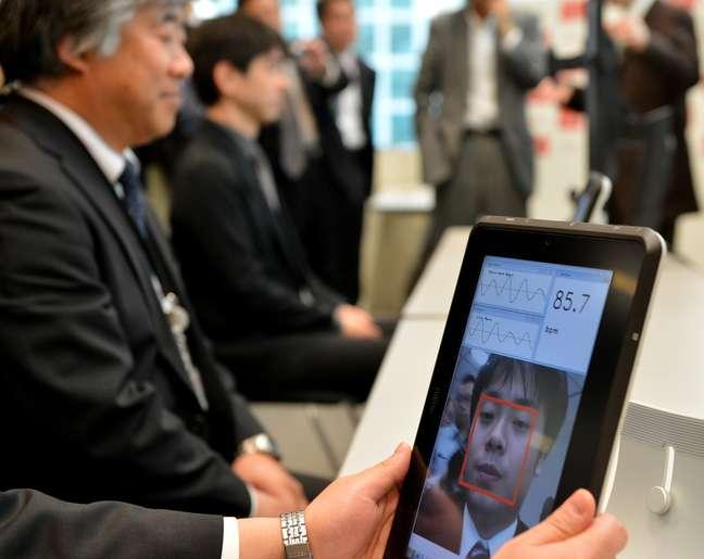 <p>Engenheiro da Fujitsu demonstra tecnologia na sede da empresa, em Tóquio, no Japão</p>