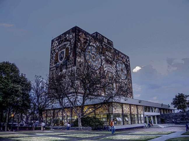 O imenso campus da Universidade Autônoma do México (Unam) tem muitos de seus prédios decorados pelos famosos artistas muralistas mexicanos, como Juan O´Gorman, que assina a arte no prédio da Biblioteca Central. Em 2007, a cidade universitária foi declarada patrimônio cultural da humanidade pela Unesco, o que se explica pela bela arquitetura e pela diversidade de atrações culturais e esportivas que oferece