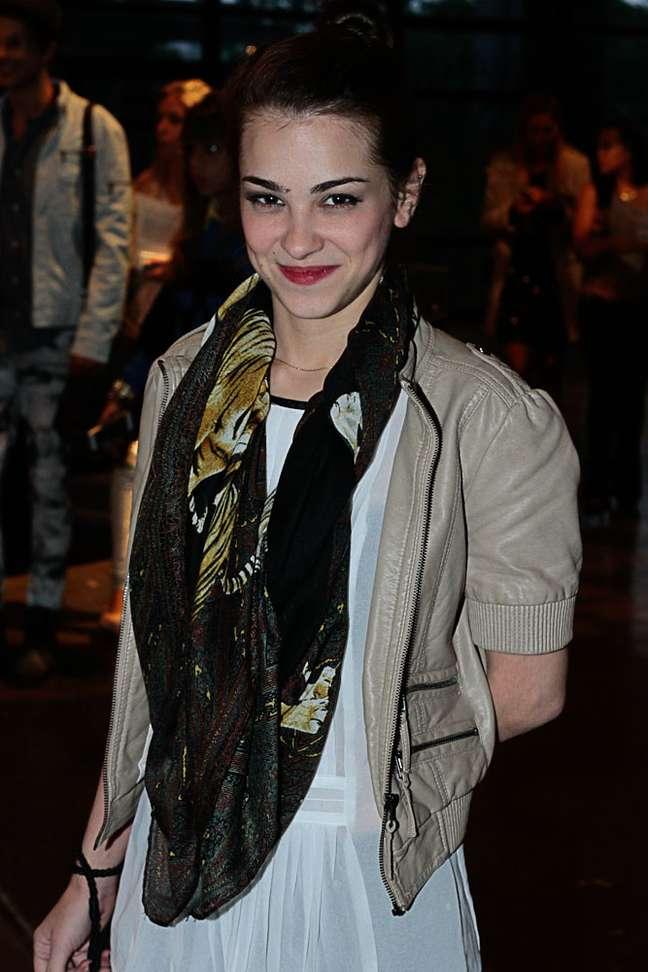 A fashionista Carol Fernandes investiu em um lenço de padronagem atemporal