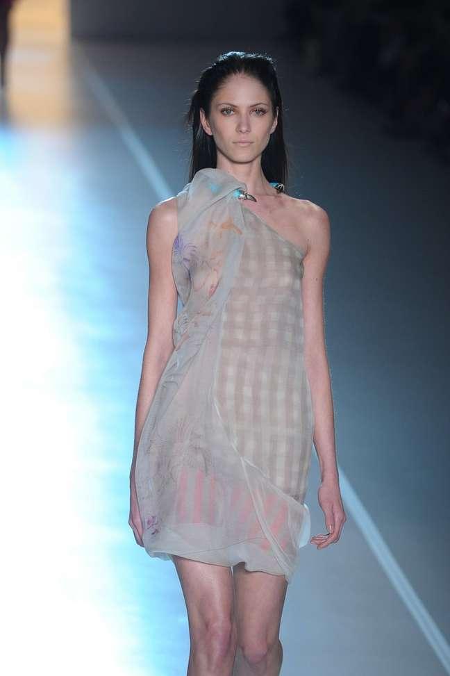 A Animale também desfilou peças com transparências mais ousadas - como este vestido, que mostra os seios da modelo