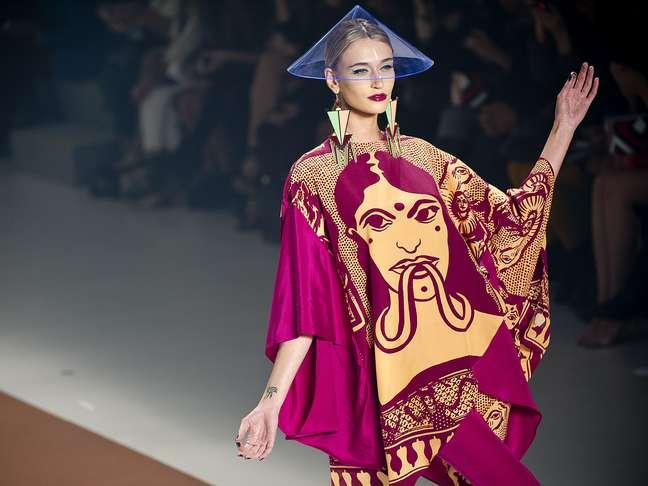 A top Viviane Orth desfila com um caftã da Neon com estampa indiana