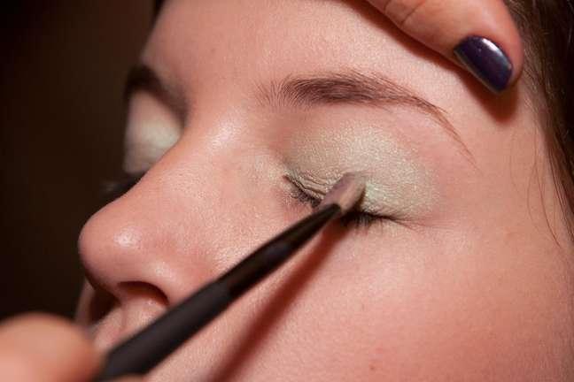<p><strong>1. </strong>Ap&oacute;s preparar a pele com primer e base, passe uma sombra em tom pastel por toda a p&aacute;lpebra m&oacute;vel, at&eacute; o c&ocirc;ncavo do olho</p>
