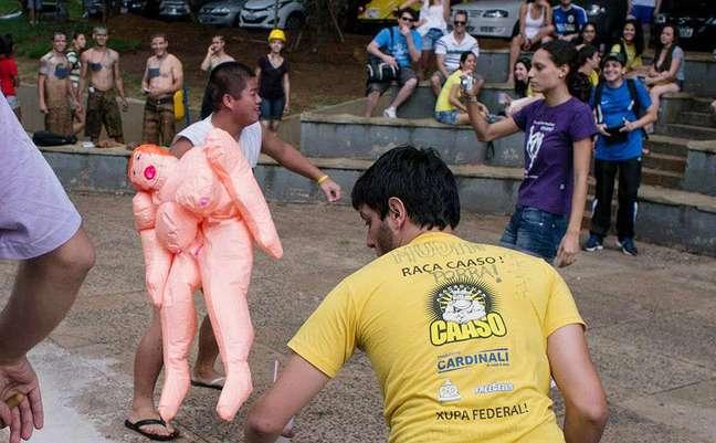 <p>Em 2013, trote na USP São Carlos teve boneca inflável e simulação de sexo - universidadeabriu investigação para apurar o que aconteceu</p>