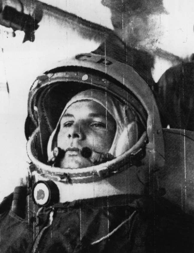 Yuri Gagarin a caminho da Vostok, de onde fez o primeiro voo espacial tripulado por um ser humano, em 1961