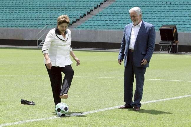 Presidente Dilma Rousseff dá o pontapé inicial da Arena Fonte Nova ao lado do governador da Bahia Jaques Wagner (PT), em Salvador. 5/04/2013.