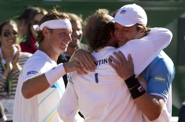 <p>Os argentinos Nabaldian eZeballos comemoraram vitória importante sobre a França, neste sábado, pela Copa Davis. Agora falta apenas uma vitória para que eles se classifiquem para a semifinal</p>