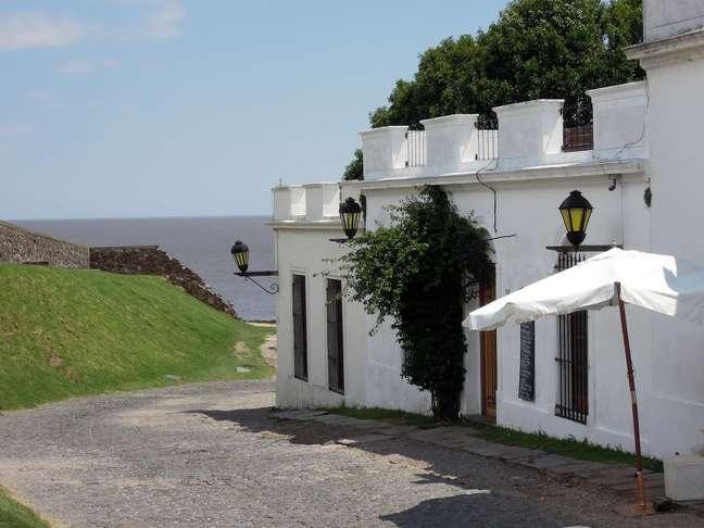 Fundada pelos portugueses no século 17, a Colônia do Sacramento já foi brasileira e hoje pertence ao Uruguai