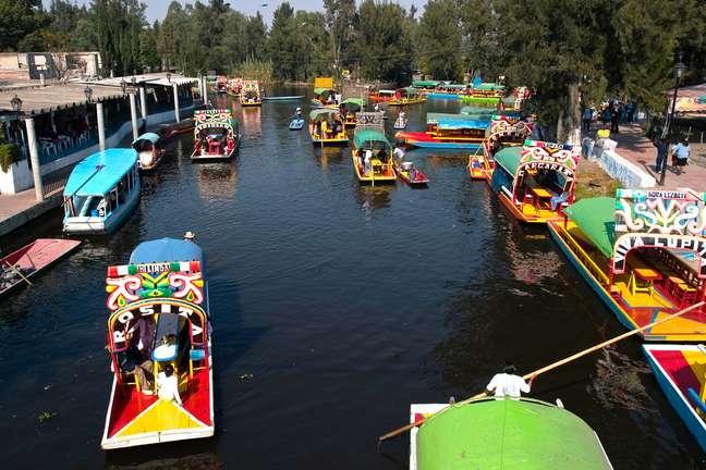 Embarcações típicas da região, trajineras navegam pelos canais de Xochimilco, onde técnica agrícola asteca ainda é usada