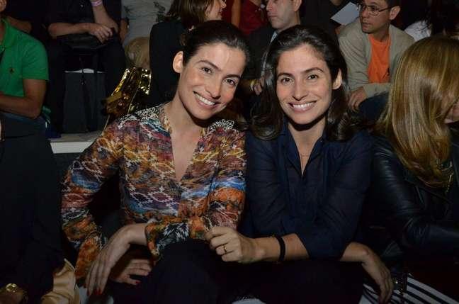 <p>A jornalista Renata Vasconcellos (esq.) posa ao lado da irmã gêmea, a estilista Lanza Mazza</p>