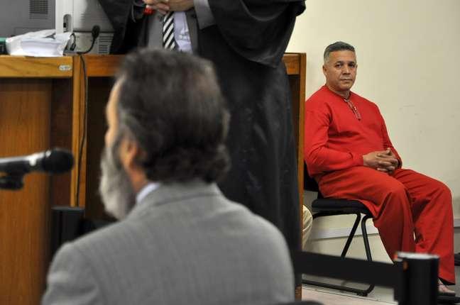 <p>Bola observa depoimento de testemunha durante seu julgamento</p>