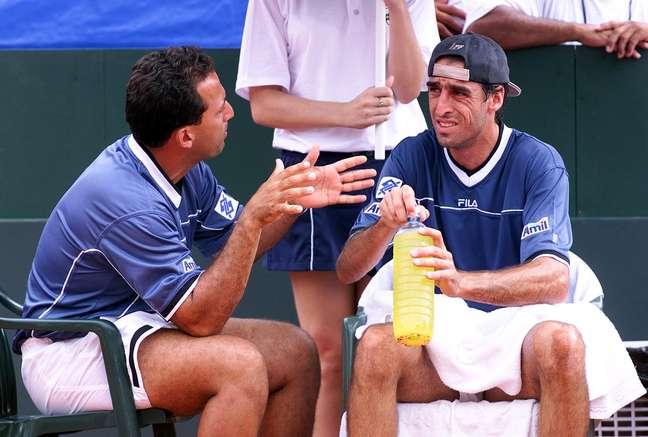 <p>Acioly (à esq.) orienta Fernando Meligeni em 2001, época em que era capitão da Davis</p>