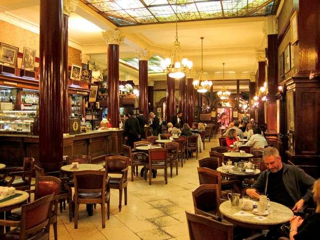 Poucos lugares evocam a alma de Buenos Aires como o Café Tortoni. Situado na clássica Avenida de Mayo, o local foi o grande ponto de encontro dos mais importantes artistas e intelectuais argentinos entre as décadas de 1920 e 1940, e não seria exagero dizer que de suas mesas saiu boa parte da cultura portenha. Por isso, uma visita ao local é um dos programas obrigatórios na cidade