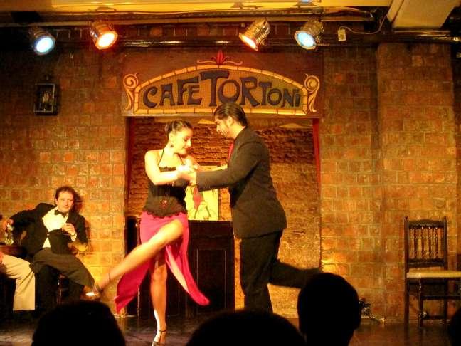 Com seus shows de tango, sua comida típica e sua arquitetura clássica, o Café Tortoni, em Buenos Aires, abre espaço para executivos que queiram organizar reuniões no local