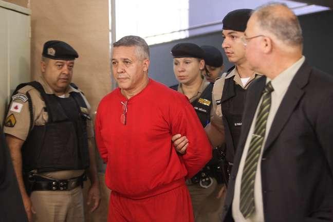 Ex-policial Bola chega escoltado pela polícia para o quinto dia de seu julgamento no Fórum de Contagem (MG)