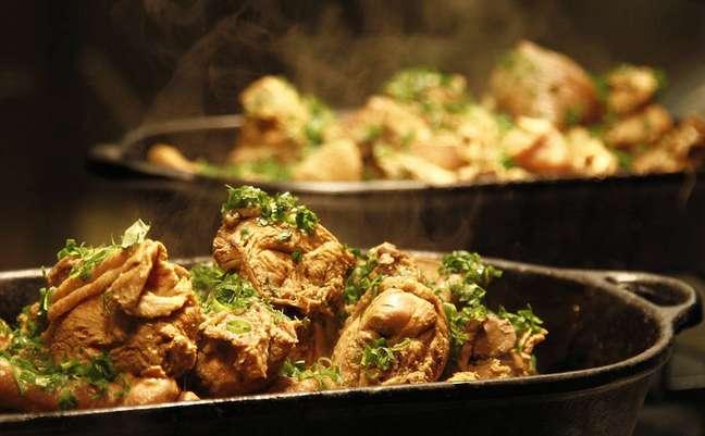 <p>O preparo da galinhada deve começar um dia antes do consumo</p>