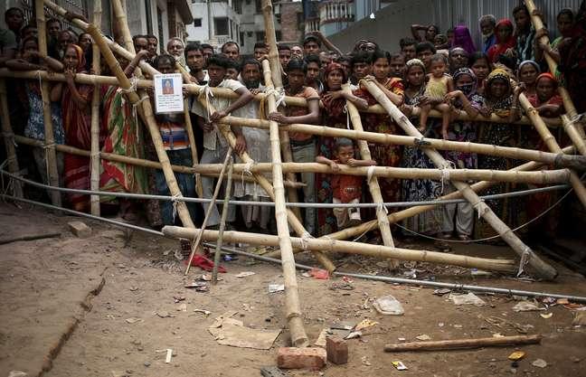 Multidão cerca o local do desabamento que deixou mais de 260 mortos em Bangladesh