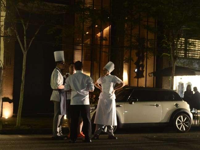 Perto das 19h, pouco antes do restaurante abrir, funcionários se reuniram em frente à entrada para conversar sobre a premiação