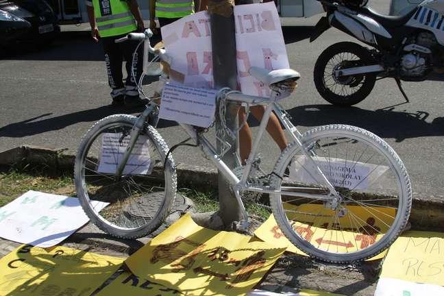 <p>Manifestantes fizeram protestos contra os atropelamentos de ciclistas no Rio</p>