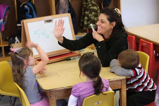 O governo estipulou como meta alfabetizar todas as crianças até os 8 anos de idade