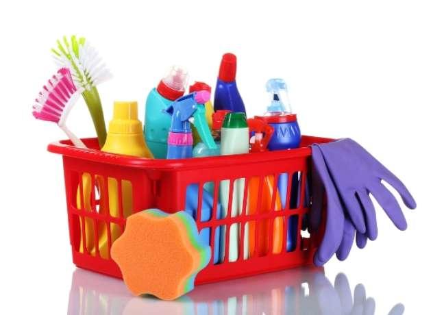 Mantenha materiais de limpeza na embalagem original - colocar um desses líquidos em uma garrafa de refrigerante pode confundir a criança