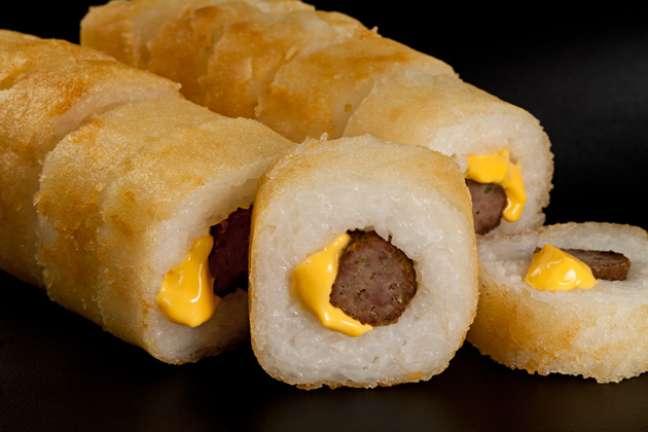 <p>A rec&eacute;m-inaugurada rede de fast food Hots oferece&nbsp;sushis que mesclam recheios mais democr&aacute;ticos&nbsp;com t&eacute;cnicas orientais. Na foto, hot de hamb&uacute;rguer com cheddar</p>
