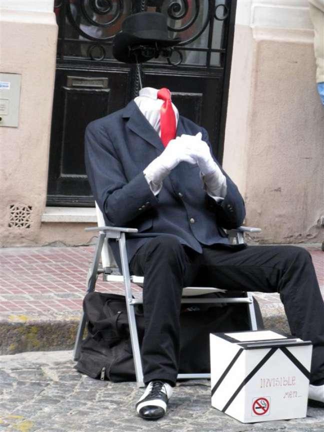 Quem passar aos domingos pelo bairro histórico de San Telmo, em Buenos Aires, vai se deparar com um personagem curioso: um homem invisível sentado em uma cadeira no meio de uma das ruas de paralelepído do bairro. Obviamente, não se trata de um milagre da natureza, mas sim de um dos vários artistas que animam a popular Feira de San Pedro Telmo. Criada em 1970, a feira de antiguidades e artesanato se tornou um dos cartões postais da capital argentina e hoje é uma divertida opção de lazer e compras nos finais de semana