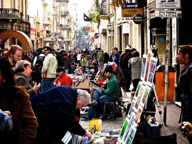 Todos os domingos, artistas e comerciantes se misturam na Feira de San Telmo, o mais popular bazar de rua da capital argentina