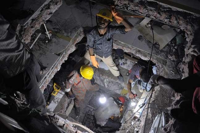 <p>Número de mortos pode aumentar, uma vez que é incerto a quantidade de pessoas no prédio no momento do desabamento</p>