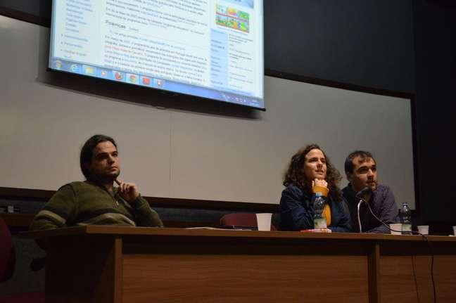 Rafael Pezzi (esq.), Oona e Fabio Azevedo explicaram o programa Wikipedia na Universidade para alunos e professores da UFRGS