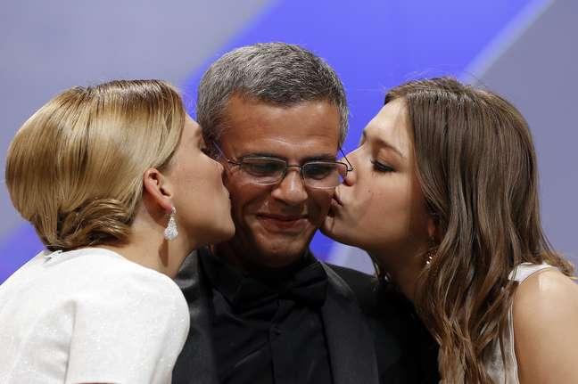 <p>O diretor Abdellatif Kechiche recebe o carinho das atrizesAdèle Exarchopoulos e Léa Seydoux ao receber a Palma de Ouro do 66º Festival de Cannes, neste domingo (26). Trio foi ovacionado na premiação</p>