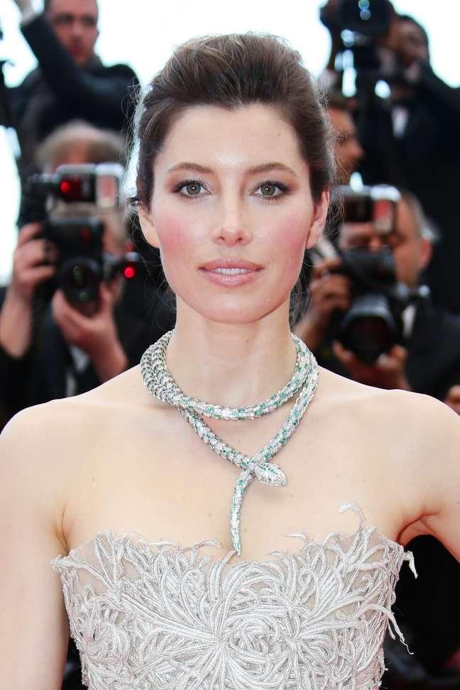 """<p>Jessica Biel se deu bem no tapete vermelho de Cannes. Estava simples e chique. """"Olhos , boca e pele devidamente iluminados. Ela usou uma sombra marrom para deixar esse olhar um pouco marcado. É uma mulher naturalmente linda. Deu um frescor ao look"""", afirma Paulo</p>"""