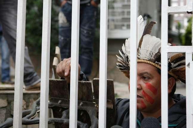 O protesto ocorre depois que a ministra disse que não se pode negar que há grupos que usam os nomes dos índios e são apegados a crenças irrealistas