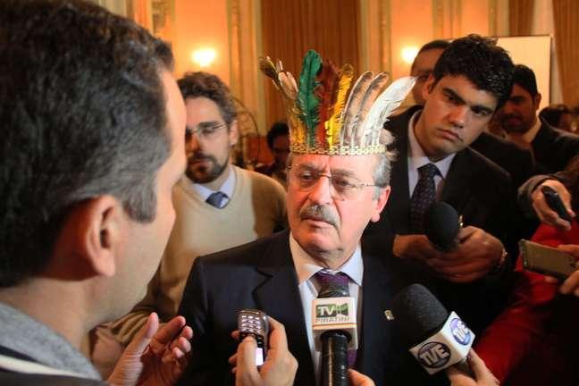 <p>Tarso Genro recebeu os indígenas no Palácio Piratini, sede do governo do Estado</p>