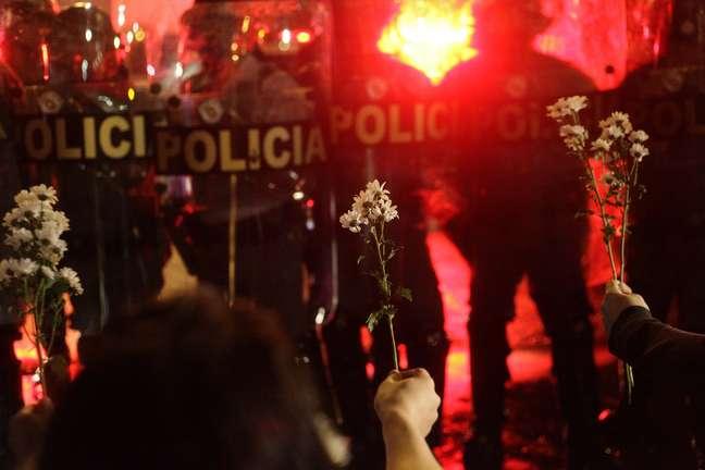 <p>Manifestantes mostram flores para Tropa de Choque durante confronto na &uacute;ltima ter&ccedil;a-feira</p>