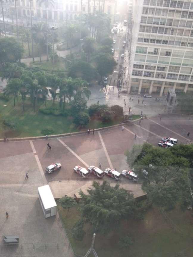 Pouco mais de uma hora antes do protesto programado para as 17h desta quinta-feira, PM se prepara para acompanhar manifestação