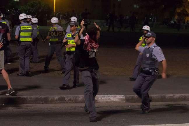 <p>Mesmo portando crachá de imprensa, equipamento fotográfico e se apresentando como jornalista, Fernando Borges foi detido por PMs</p>