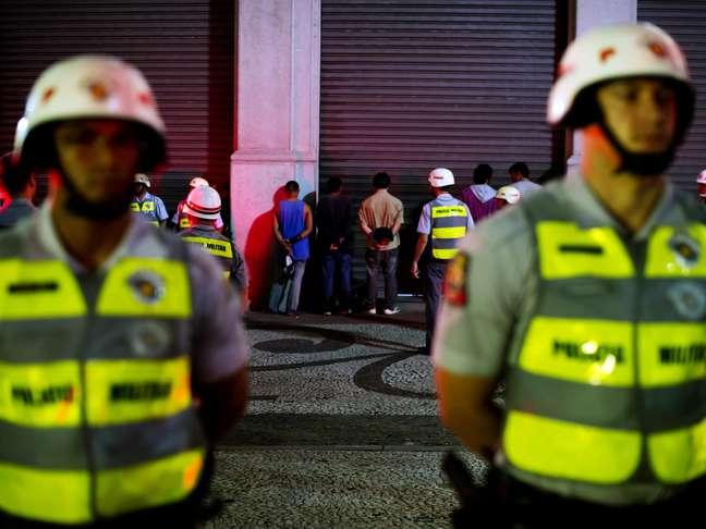 <p>Manifestantes são detidos e enfileirados na rua da Consolação esquina com a rua Maria Antonia</p>