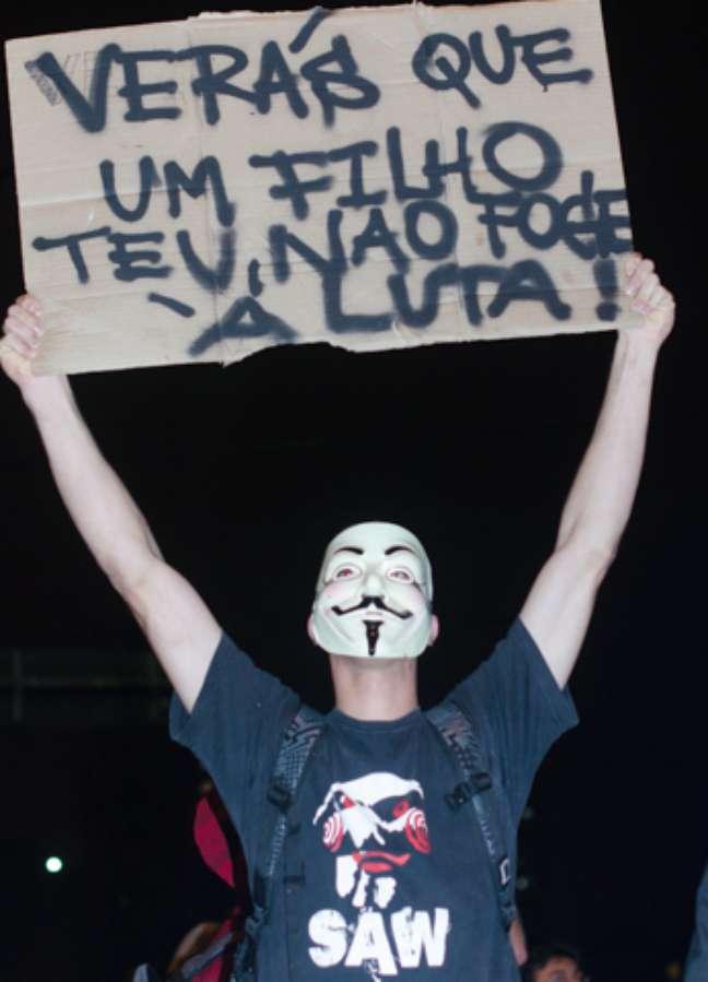 <p>Jovem mostra cartaz durante o protesto da últimaquinta-feira, em São Paulo</p>