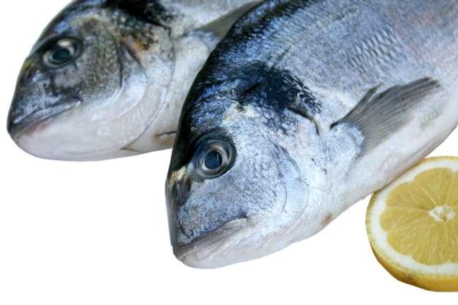 <p><strong>Cabeça de peixe</strong><br />Não jogue fora cabeças de peixes, congele-as. Junte-as com cenoura, cebola, alho-poró, folha de louro, um pouco de colorale água. Deixe ferver por uma hora. O resultado é um caldo que pode ser utilizado para fazer sopa de peixe, incrementar creme de camarão ou atécozinhar arroz</p>