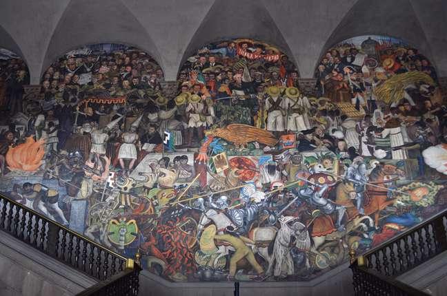 O Palácio Nacional, na Cidade do México, começou a ser construído no longínquo ano de 1522, mas o destino da construção se cruzou com o do muralista Diego Rivera apenas em 1929, quando o grande artista mexicano começou a fazer uma grande pintura em suas paredes