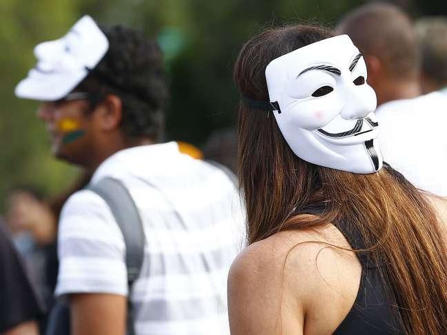 <p>Jovens adotam máscara para pedir redução da passagem de ônibus emudanças sociais</p>