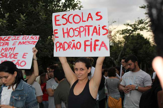 <p>Durante protestos em junho, Fifa era citada em pedidos por melhorias na saúde e na educação</p>