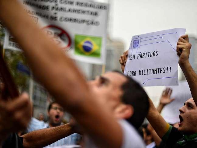 <p>A manifestação está dividida em dois grupos, que se envolveram em uma briga ao se encontrarem</p>