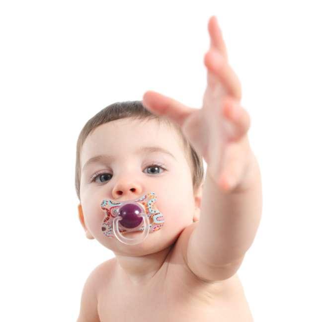 Uma pesquisa da Universidade de Washington, feita com 128 crianças entre 3 e 5 anos de idade, mostrou que tanto o dedo quanto chupetas e mamadeiras alteram o desenvolvimento dos ossos do rosto infantil e atrasam a habilidade de falar