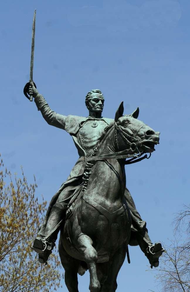 O líder revolucionário Simón Bolívar nasceu em Caracas e teve papel de destaques nas independências de Bolívia, Peru, Equador, Colômbia e Panamá, além da própria Venezuela. Não por acaso, existem várias homenagens a ele na sua cidade natal. Confira