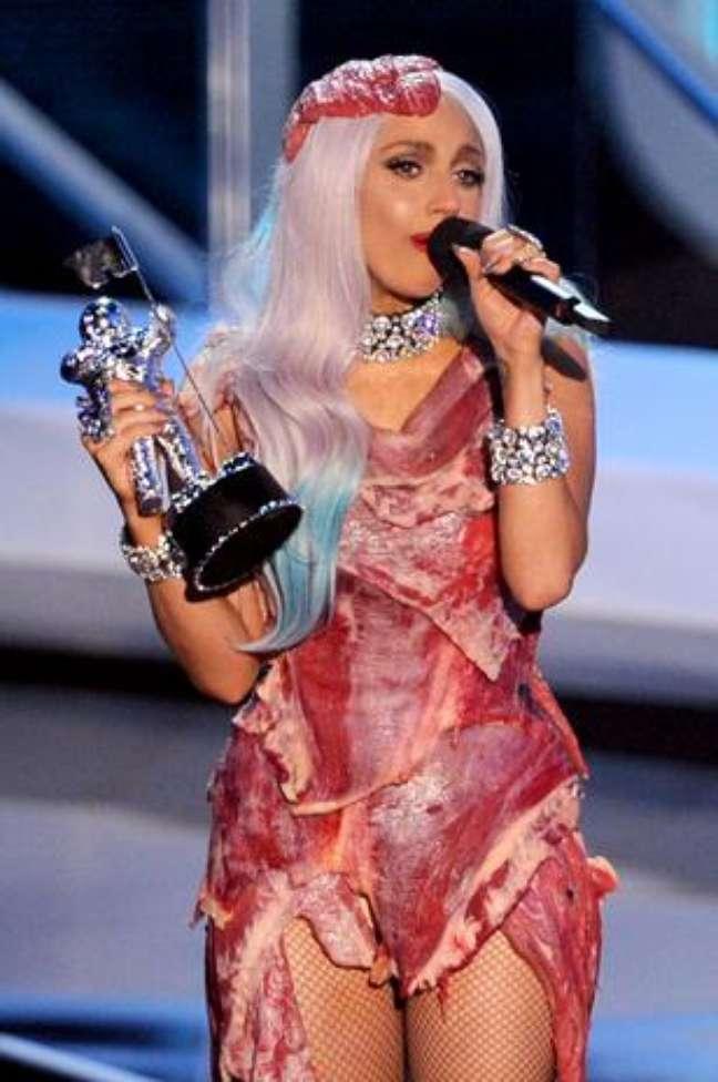 <p>Gaga causou pol&ecirc;mica ao surgir com uma roupa feita de carne no MTV Video Music Awards 2010</p>