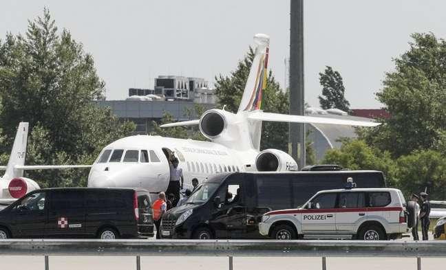 Avião de Evo Morales aguarda na pista do Aeroporto Internacional de Viena