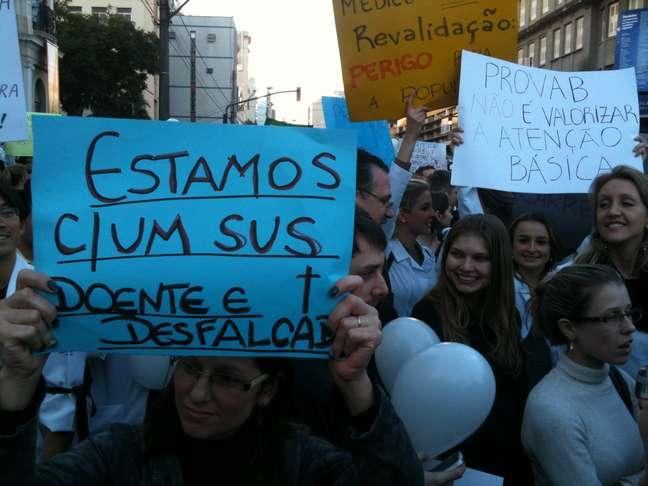 Cartazes criticaram a estrutura do Sistema Único de Saúde