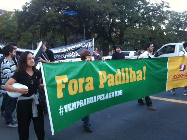 Manifestantes levaram faixa pedindo a saída do ministro Alexandre Padilha