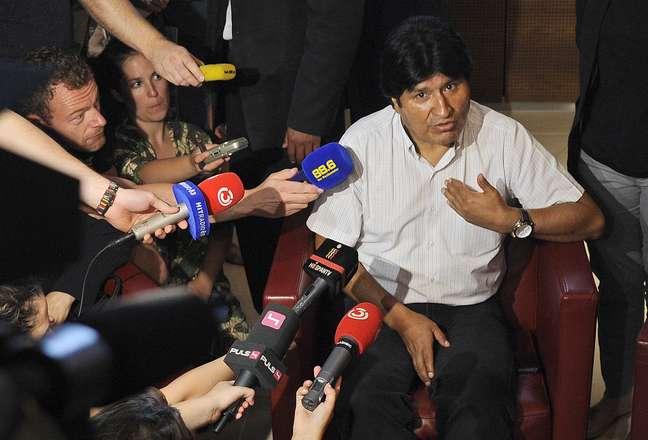 <p>Morales conversa com repórteres no aeroporto de Viena após ser impedido de seguir viagem</p>